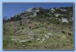 '5' - From here Kastro Louloudas is visible. Small stone piles (cairns) are marking a route, probably a supplement to the red markings.
